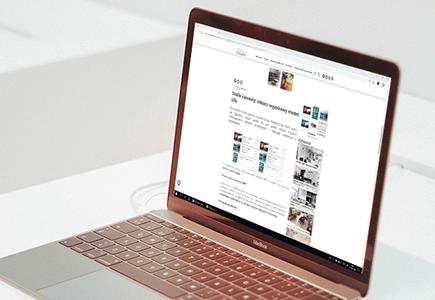 Laptop na biurku na którego ekranie pokazana jest publikacja - Media Relations