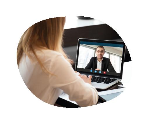 Osoba w trakcie rozmowy wideo udzielająca konsultacji