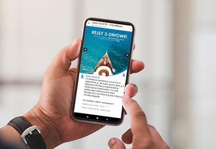 Smartfon z przykładem postu w social media